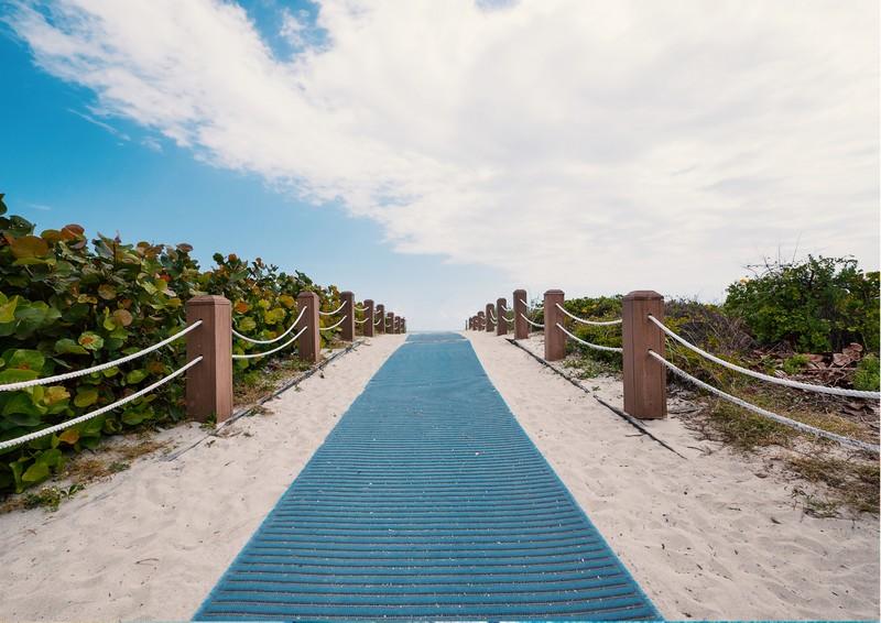 Accesso alla spiaggia con un percorso accessibile alle sedia a rotelle