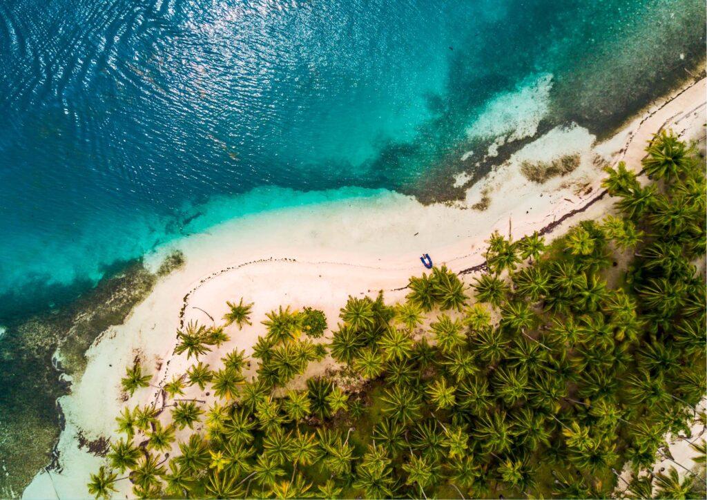 Vista dall'altro della spiaggia con l'acqua cristallina di Panama