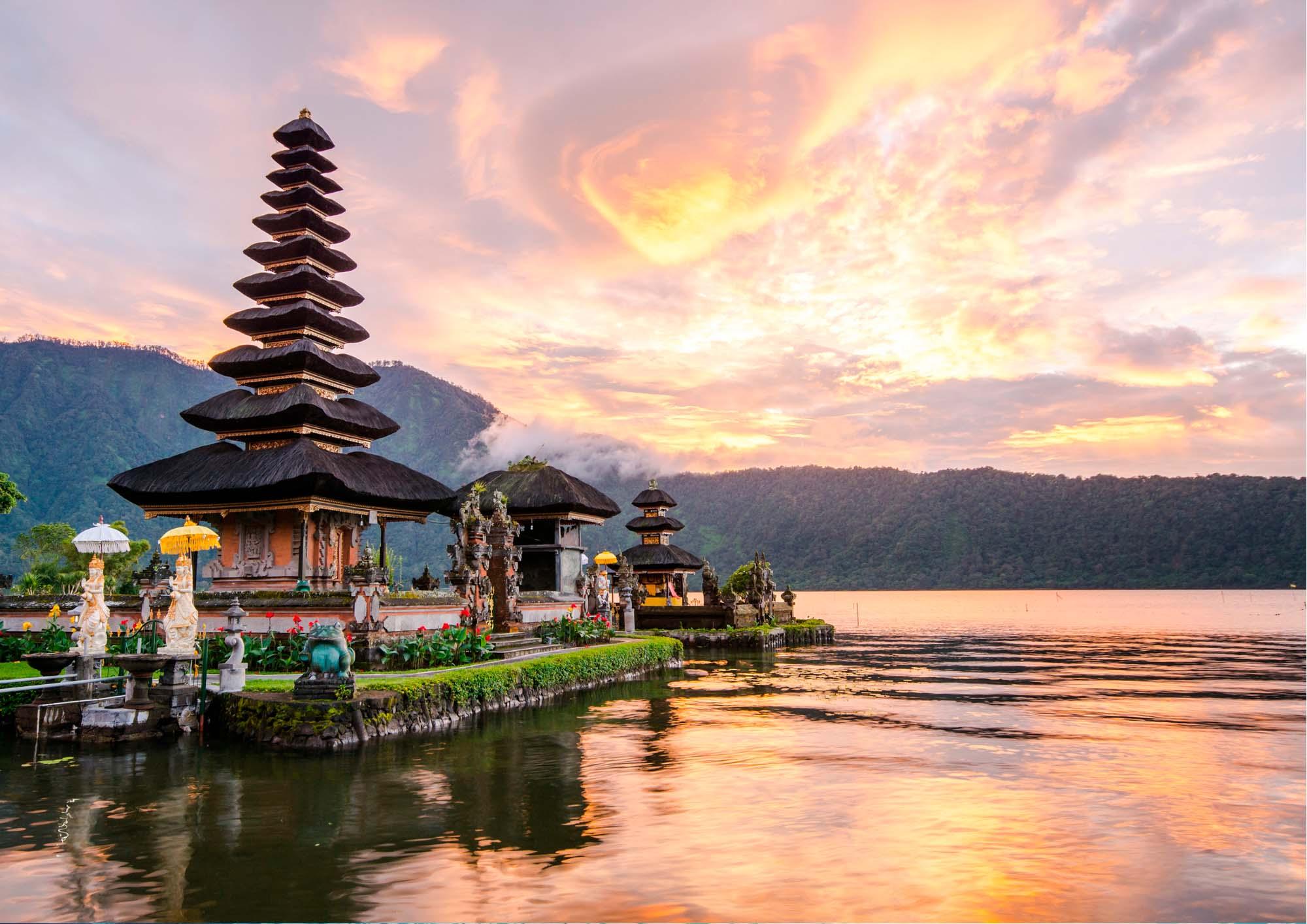 Un tempio in mezzo alle acque al tramonto circondato dalle montagne
