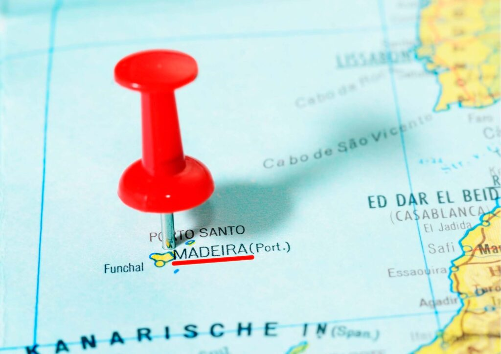 Carta Geografica con puntina che indica Madeira