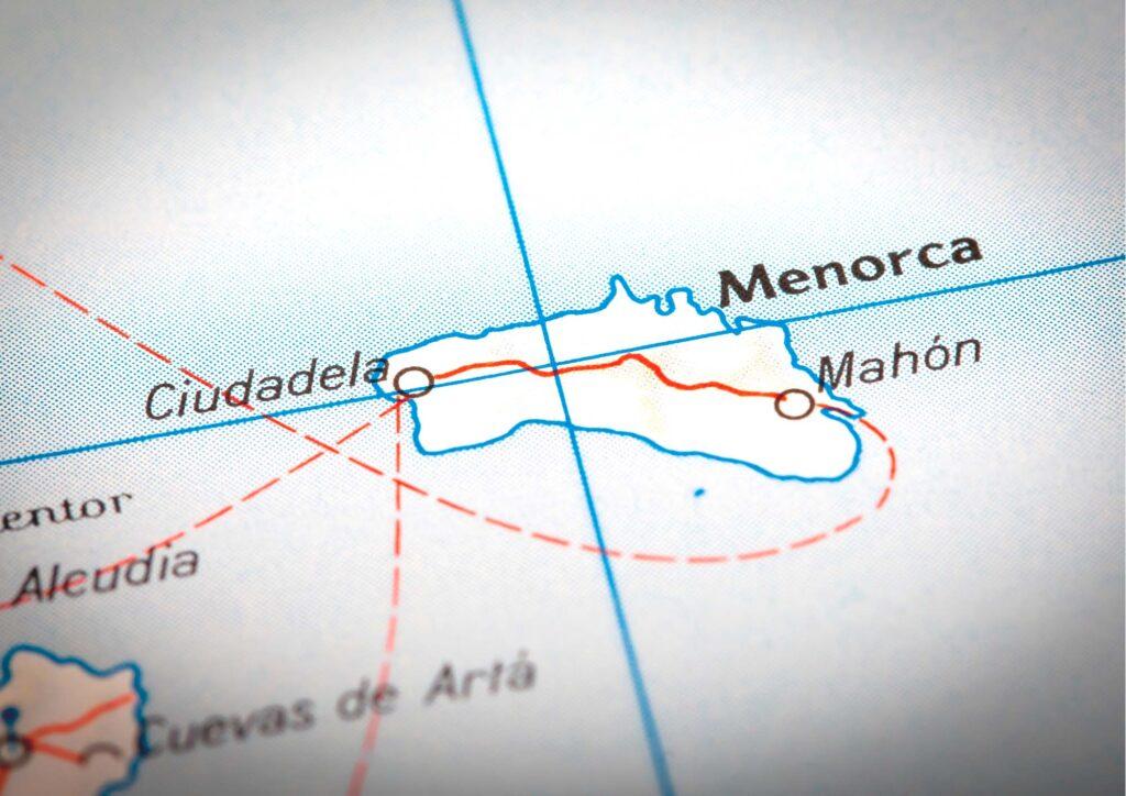 Carta Geografica con puntina che indica l'isola Minorca